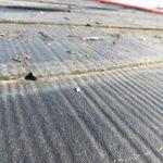近くで見ると屋根基材が塗料によって埋まっています